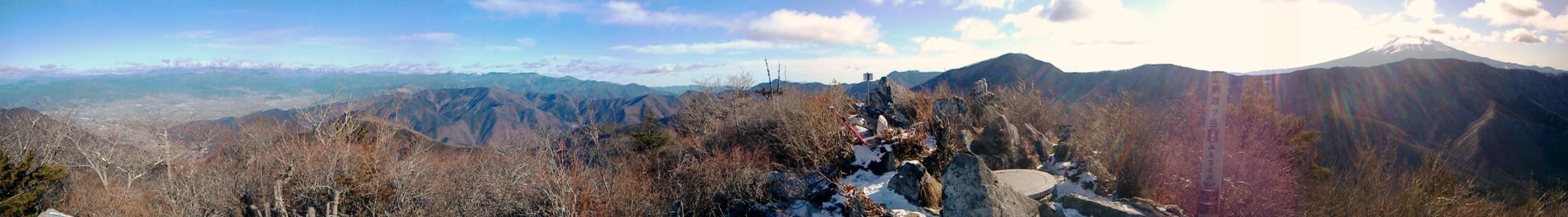 2011/1/2 山梨の御坂にある釈迦が岳に行ってきました。良い天気で風もさほど無かったようですがやはり時々吹く風は冷たかったです。日向坂峠(ドンペイ峠)から、雪が少し付いていました。凍っている箇所もありましたが、アイゼン付けるほどでもなかったです。by kazuo