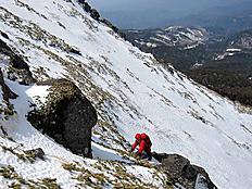 チャオスキー場から御嶽山へ。数日前の踏み跡をたどり継子岳(2854)山頂手前100mで雪が溶けて急斜面滑るので断念。今回3回目ですが、御嶽山は良いことがありません。by ゲストさん 800x600(141KB)