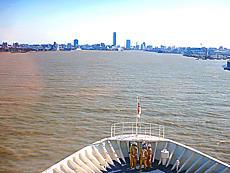 苫小牧から18時間新潟港へ着船の準備の為、ミーティングする乗組員スタッフ。by ゲストさん 640x480(394KB)