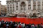 ローマの観光名所、トレビの泉が真っ赤に―。何者かが染料を流し込んだとみられ、現場から発見されたメモには、ローマ映画祭への非難や「ブルジョア社会」に対する反発が書き連ねてあったという(19日)2007年10月20日by yamanba 400x264(52KB)