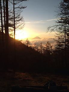 山梨増穂町の山の中、富士山が見えました。カメラマンが大勢いました。by  kazuo 480x640(102KB)