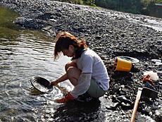 北海道 カムイコタン公園へ砂金堀り、夢叶わず。歴舟川はゴールドラッシュにわいていたといわれる。今でも、砂金が眠っており、伝統の技法で一攫千金のロマンを味わっただけ。成果 金1個(極小)by ゲストさん 640x480(413KB)
