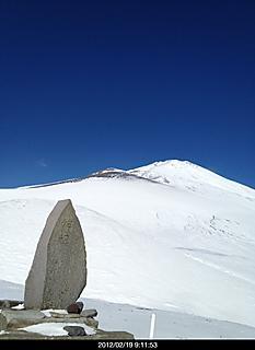 双子山の兄と妹に行って来ました。天気良くて風もあまり無くいい山行でした。富士山登っている人も何人か見えましたよ。写真は双子山の妹から兄方向です。by  kazuo 466x640(82KB)