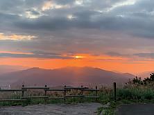 福井の経が岳へ登る前夜、夕陽がとても綺麗だったので、写真撮ってみました。by yamanba 2016x1512(504KB)