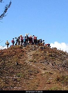 諏訪湖近くの山で2時間ちょっとあれば登って来れる山です。まさかこんなに多くの登山者が登るとは!立って休憩まるで 山に毛が生えたみたいで笑えました。by  kazuo 466x640(134KB)