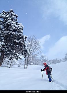 テレマークスキーで有名な小谷へ。前日の雪が10センチ以上朝は雪が降ったり天気になったり目まぐるしく変わり上着も着たり脱いだり忙しかったデス。午後からは吹雪いてガスでした。鎌池まではトレースが有りましたが、無名峰まではラッセルが大変でした。by  kazuo 466x640(112KB)