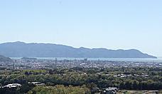 沼津から海の向こうは伊豆です。山並は沼津アルプスです。右に見える高い山は天城山です。by ゲストさん 876x506(113KB)