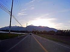 八ヶ岳高原線(南牧村)から写す。夕日が赤岳を黄金色に光らせていました。[image: 埋め込み画像 1]by ゲストさん 595x443(63KB)