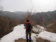 [image: 埋め込み画像 1]登って1時間足らず黒い雲に覆われ小雨がパラ付き始めた直後に回れ右下山開始したが、大雨になりずぶ濡れ、暖かな気温だったのでまだ良かったかな?あと2時間半あれば往復出来たのに、またチャレンジします。(雪山でね!!)by ゲストさん 800x600(81KB)