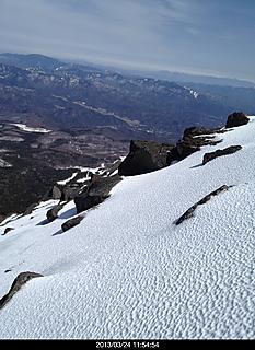 何と、御嶽山の継子岳手前にて! 冬場、久しぶりの急斜面かなり緊張した。結局軟弱な私は登頂出来なかった。〓by  kazuo 932x1280(475KB)