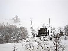 2012/01/29 志賀高原へ。朝、豪雪&吹雪 雪2m以上。リフトの柱が半分以上埋まってしまったのを見た瞬間、行く気がしませんでした。急遽、馬曲温泉望郷の湯へ。降り積もる雪を見ながら露天風呂は最高でした。by kazuo 800x600(209KB)
