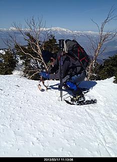 頂上では記念撮影欠はかせません。今回もカメラを木の枝にくくりつけセットします。by  kazuo 466x640(138KB)