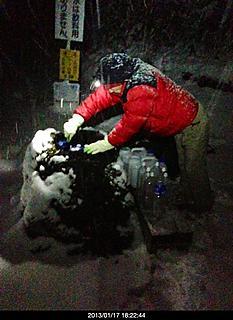 富士山の麓 イエティの下へ水汲みにパナジュウムの天然水。今日は雪の中、しかも夜7時に雪が積もん無い内に早くしなけりゃ!!by ゲストさん 466x640(139KB)