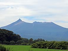 カッコいい山が魅力の函館駒ケ岳に登りたかったな!!。先に恵山登ってしまったら予想よりも時間が掛かり間に合わず。なんで6月1日~10月31日の午前9時~午後3時まで。3時までには必ず下山完了。なんだよ。自己責任で登らしてくれってんだよ!。by ゲストさん 640x480(191KB)