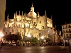 夜のカテドラル。満天の月の中に、いかにも貴婦人のように浮かび上がる大聖堂は、とてもうつくしいです。by ゲストさん 800x600(184KB)