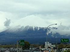 雪が降ったのか山頂付近白くなっていますね。by ゲストさん 747x561(80KB)