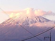 富士市より山頂は雲がかかりました。明日は雨かかな。by ゲストさん 1453x1090(216KB)
