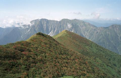 笠ヶ岳と谷川岳(谷川連峰・朝日岳より)