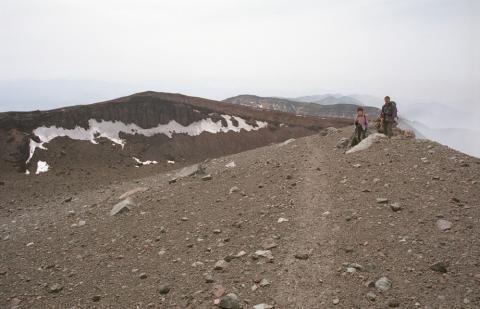 浅間山本峰を行く